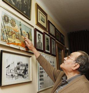 Llucià Clavero assenyala un quadre de la Segona República, amb els presidents Macià i Companys Foto: ORIOL DURAN.