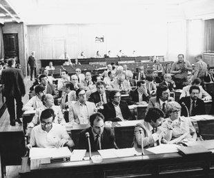 La comissió constitucional i els parlamentaris catalans discutint l'estatut del 79 Foto: ARXIU.