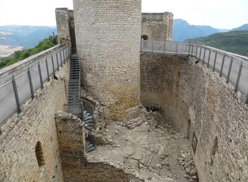 http://www.elpuntavui.cat/ma/article/5-cultura/19-cultura/746928-un-castell-del-segle-xi.html?cca=1