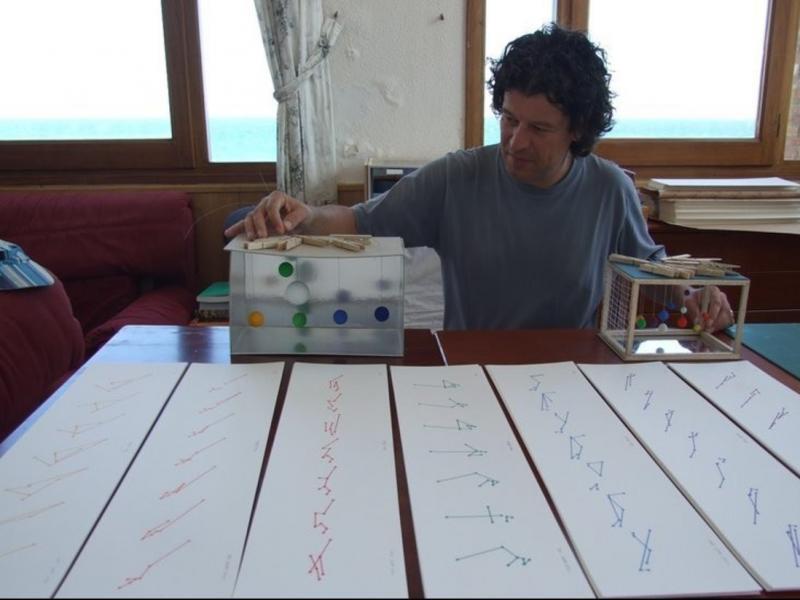 L'artista terrassenc Pere Bellès, establert a Cadaqués, amb la maqueta d'una de les seves obres Foto:EFE