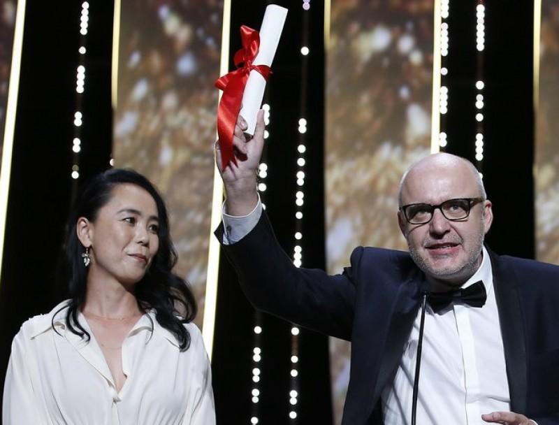 Juanjo Giménez rep la Palma d'Or a Canes, envoltat per la directora Naomi Kawase i l'actriu Marina Fois Foto:EFE