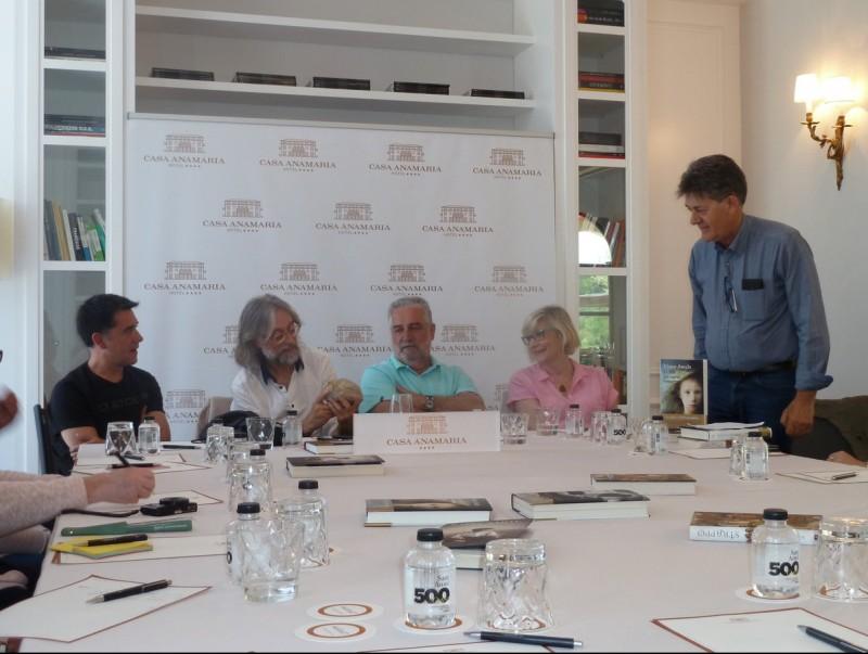 Els quatre escriptors amb el moderador, en un moment de la tertúlia que van compartir al Casa Anamaria. Foto:J.C