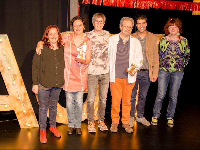 Els guanyadors dels dos premis, acompanyats pels encarregats d'entregar-los Foto:MARIA ALABAU / AGT