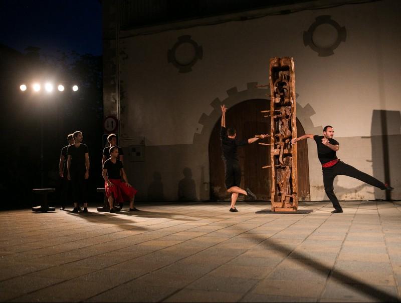 'Gelajauziak', l'espectacle de la companyia basca Kukai Dantza, amb la col·laboració del català Cesc Gelabert, que es va poder veure dijous a la plaça Major de les Preses Foto:MARTÍ ALBESA