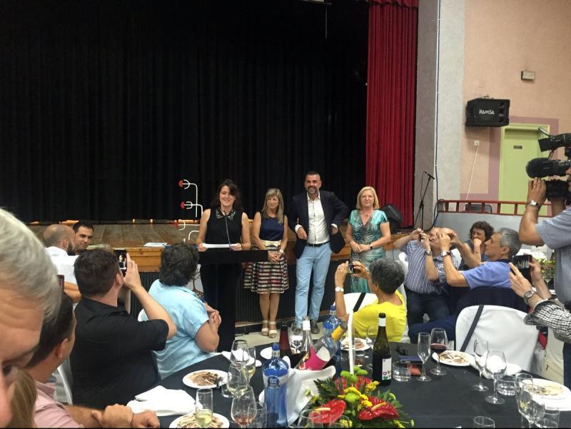 Mireia Vancells, en el moment de recollir el premi, en un sopar a Vinebre Foto:EL PUNT AVUI