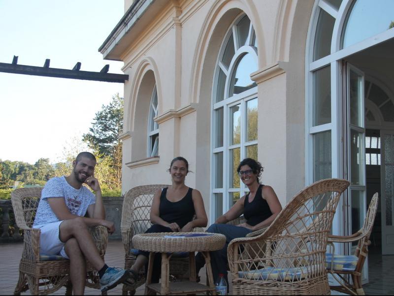 A la imatge, les dues principals impulsores de la iniciativa a la terrassa del balneari, Mariona Renau –al centre– i Helena Tomàs –dreta–, acompanyades de l'artista i mag tonenc Jordi Pota Foto:G.F